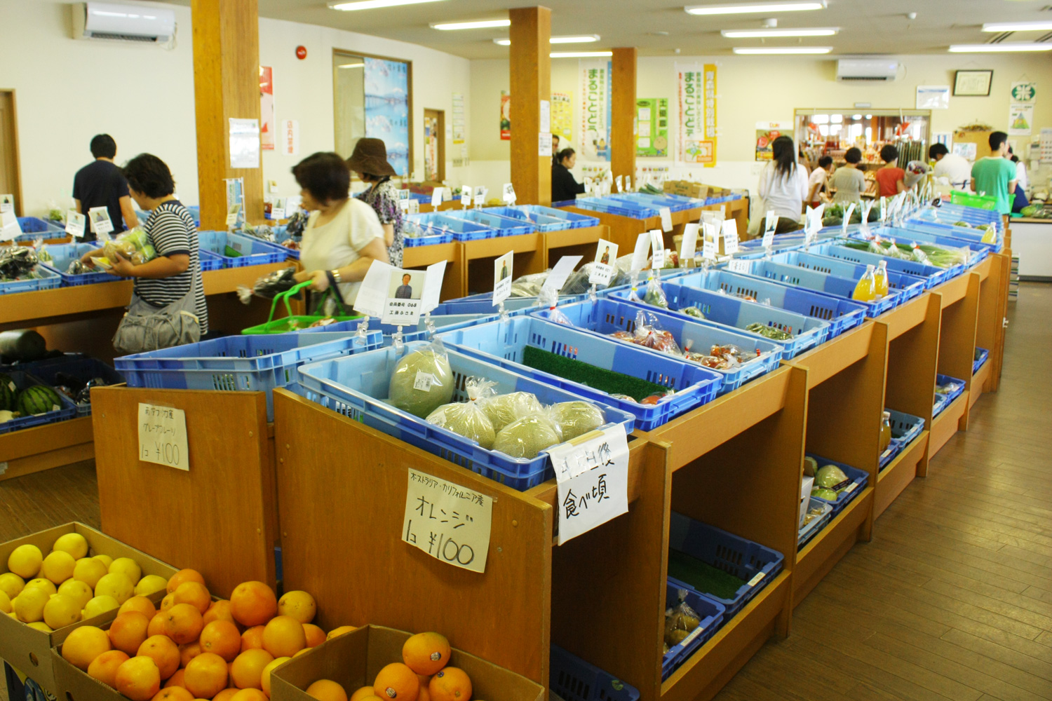 Sales , such as the morning picking vegetables and fruits of local farmers of Tsuruta